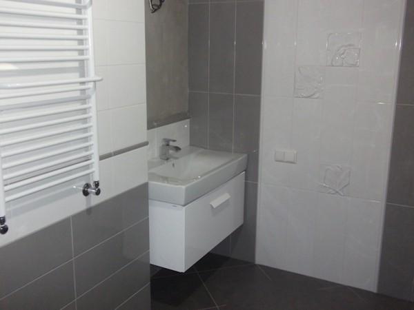 интерьер ванной комнаты серо-белого цвета