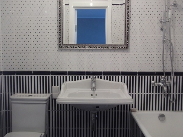 дизайн маленького ванной комнаты черно-белого цвета
