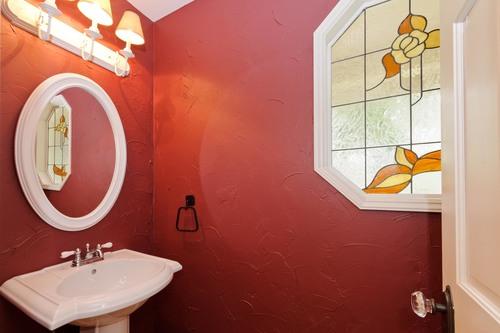 покраска стен в ванной бордовой краской