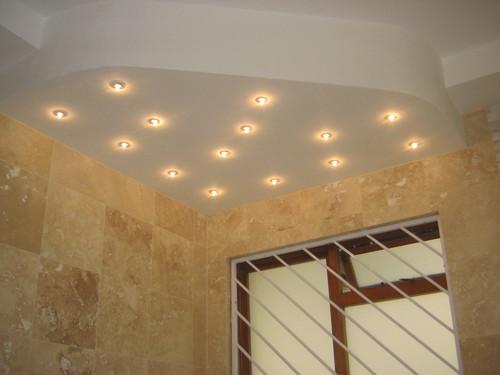 двухуровневый со встроенными светильниками