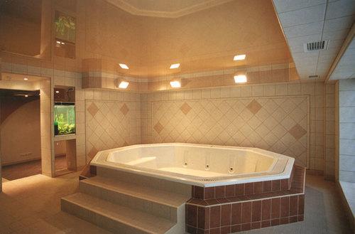 бежевый натяжной потолок в интерьере ванной