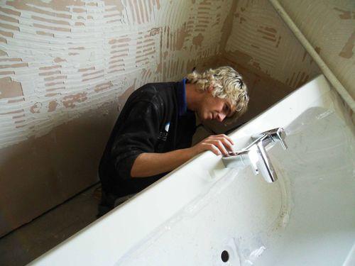 крепим ванну к стене