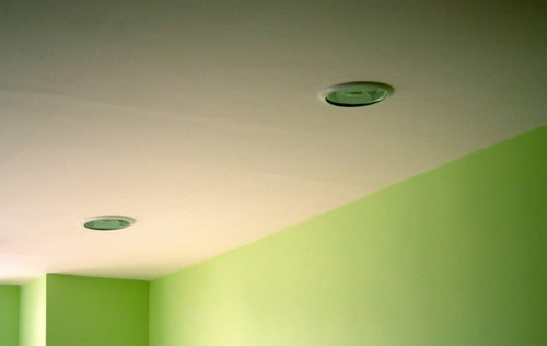 окрашенный водоэмульсионной краской потолок