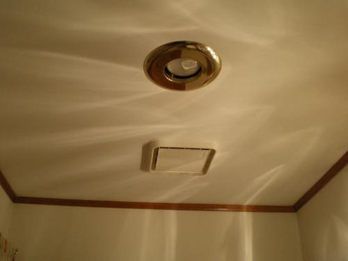 светильник в натяжном потолке