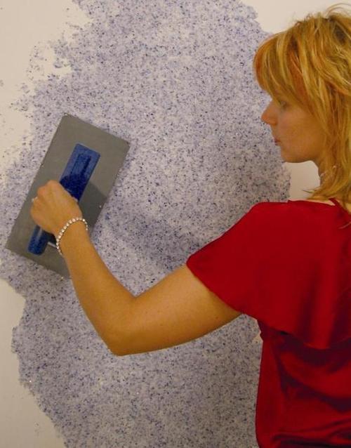 наненсение жидких обоев на стену в ванной