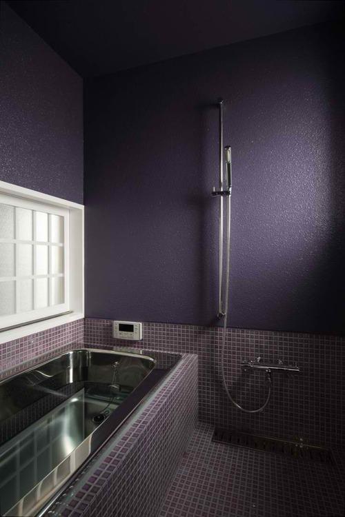 фиолетовые стены и плитка