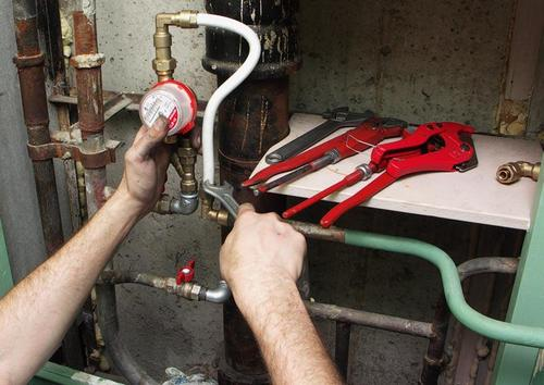 процесс подключения счетчика горячей воды