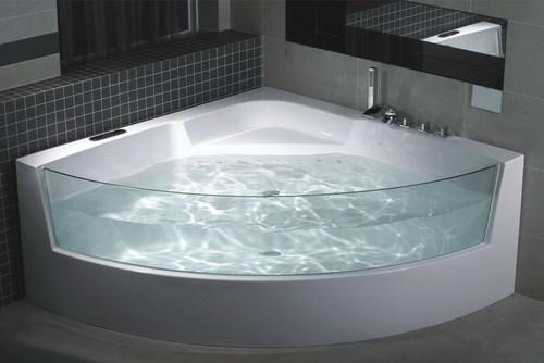 угловая ванна со стеклянной стенкой