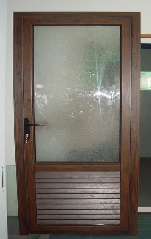 ustanovka-dveri-v-vannuyu-07