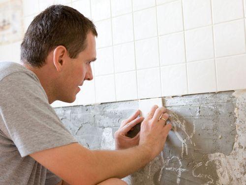 Чем клеить плитку в ванной