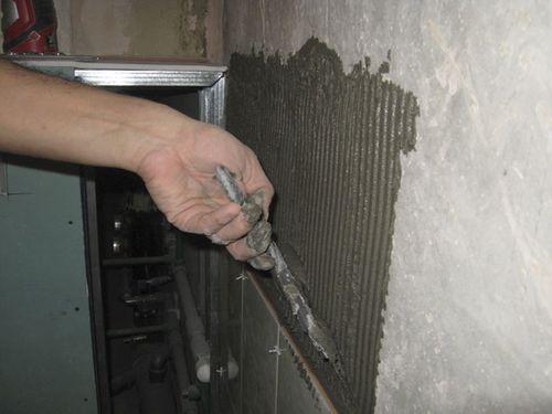 Как клеить плитку в ванной на стену