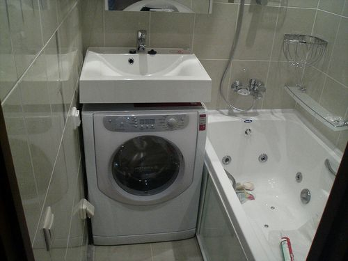 Дизайн маленькой ванны с душевой кабиной без