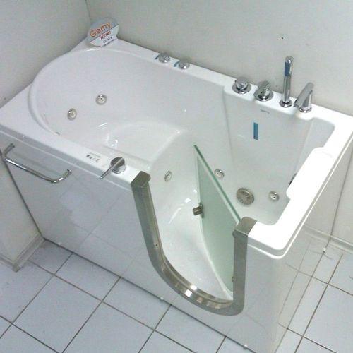 Маленькая функциональная ванна с сиденьем