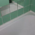 Заделанный стык между ванной и стеной