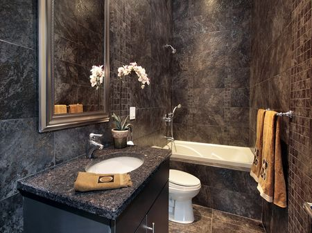Темная плитка под ванную