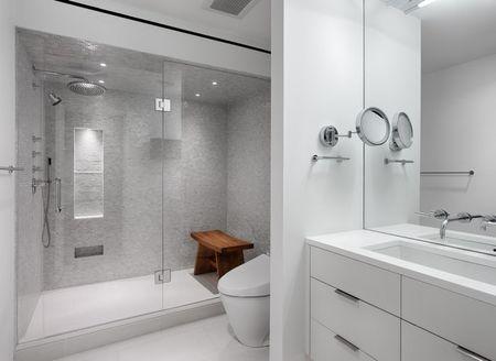 Светло-серое оформление ванной