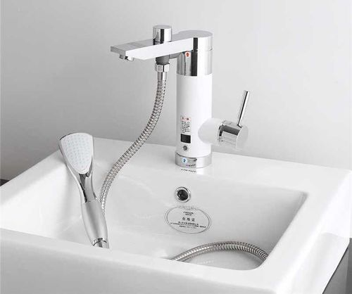 Электрический смеситель в ванной