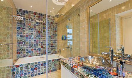 Яркая ванная мозаикой